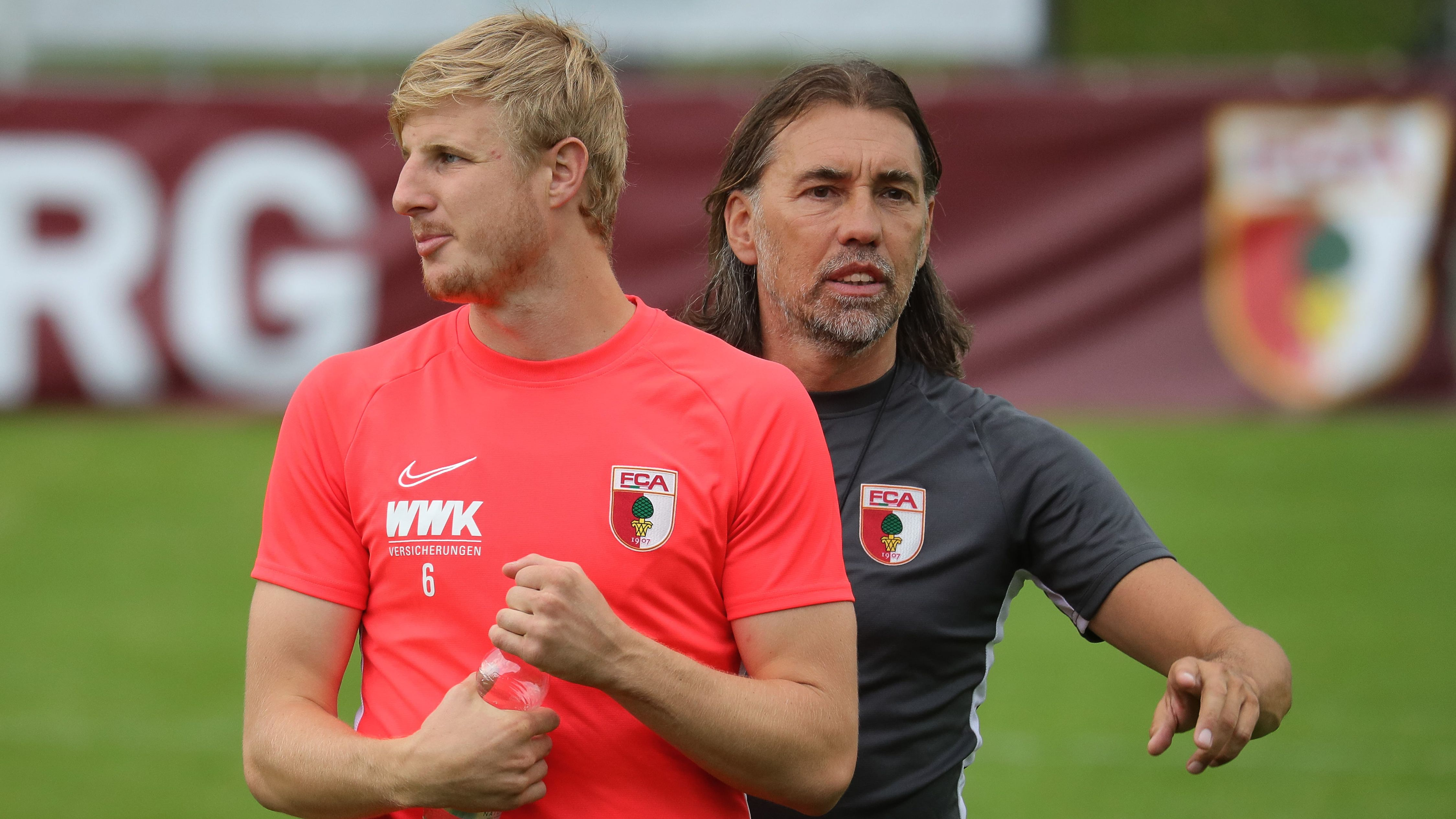 Martin Hinteregger (links) und FC-Augsburg-Trainer Martin Schmidt