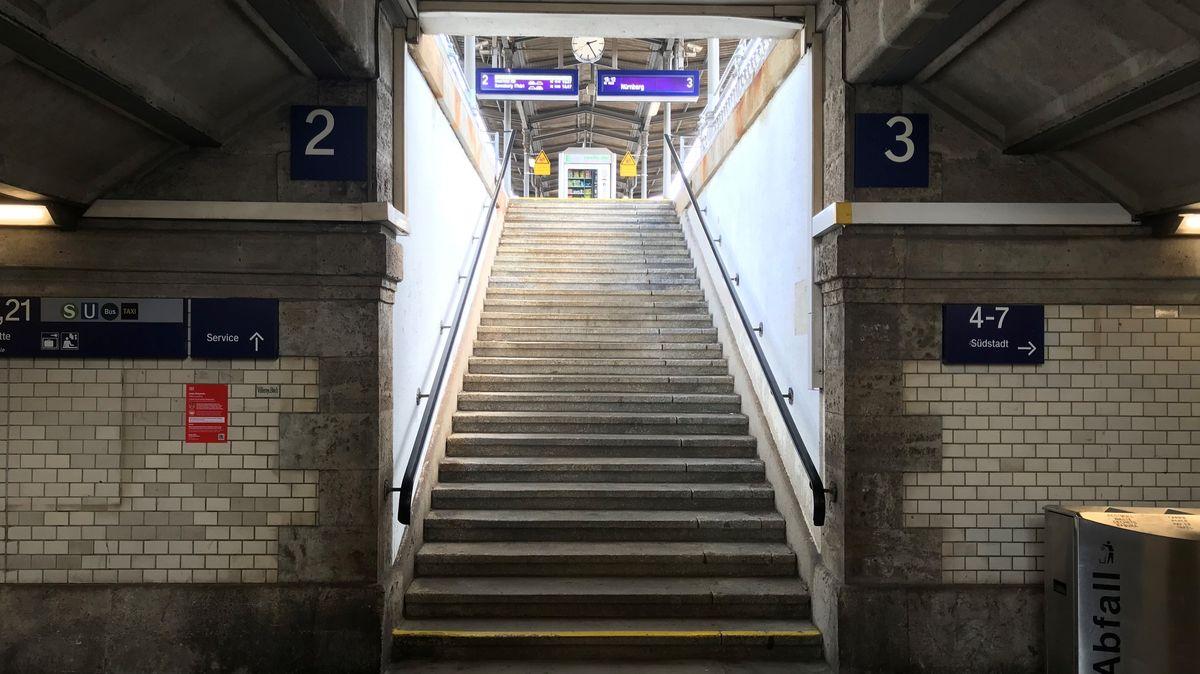 Reisende müssen über eine lange Treppe, um auf die meisten Gleise des Fürther Hauptbahnhofs zu kommen.