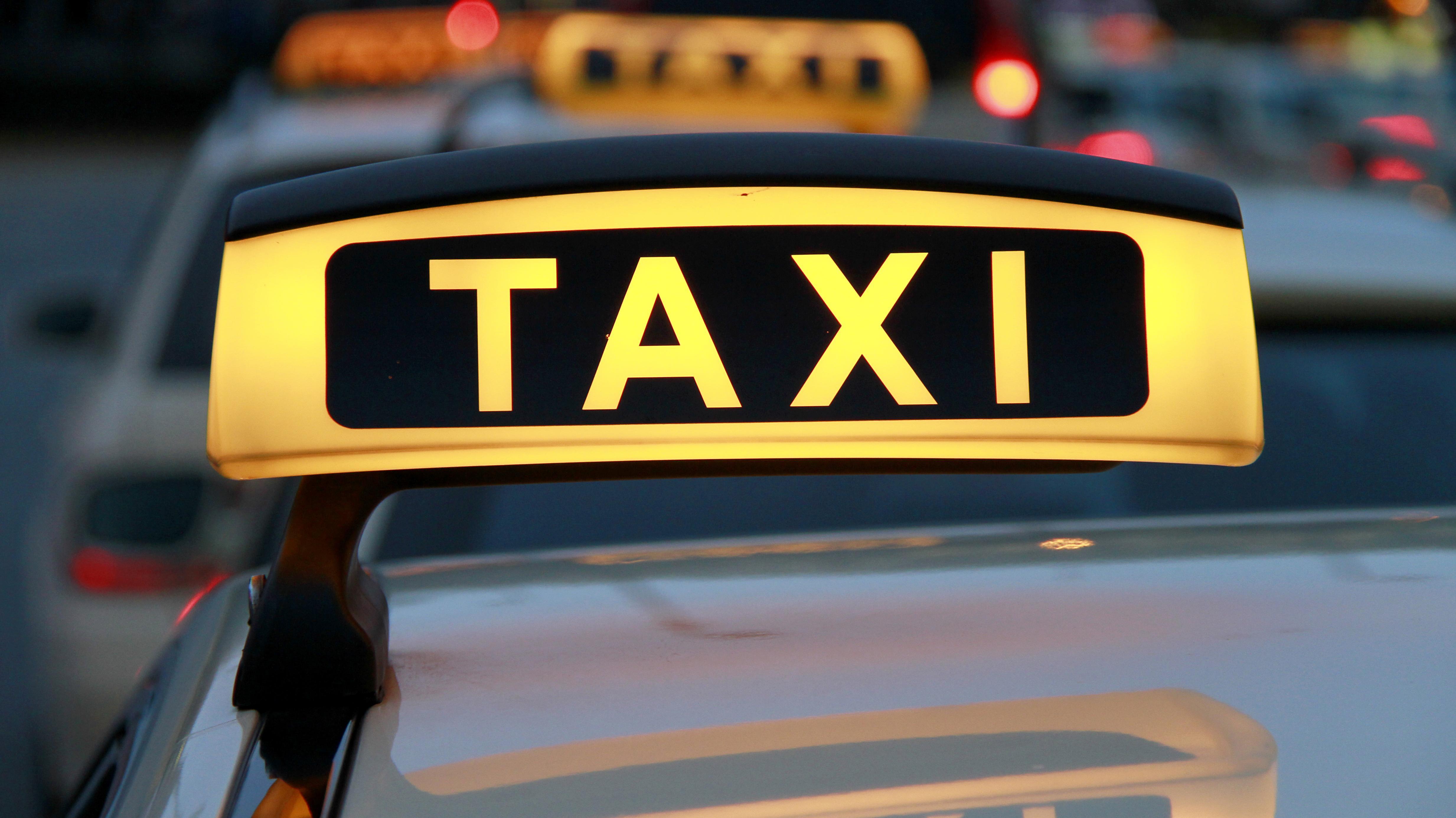Symbolbild: Taxischild auf Autodach