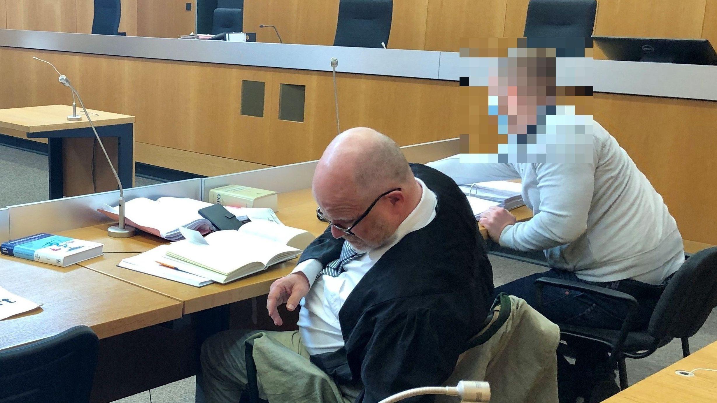Verteidiger und Angeklagter am Tag der Urteilsverkündung im Landgericht Landshut