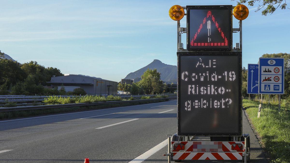 Auf der Bundesautobahn 93 erinnern Hinweisschilder auf die Einhaltung der Quarantänepflicht. bei der Einreise aus einem Risikogebieten.