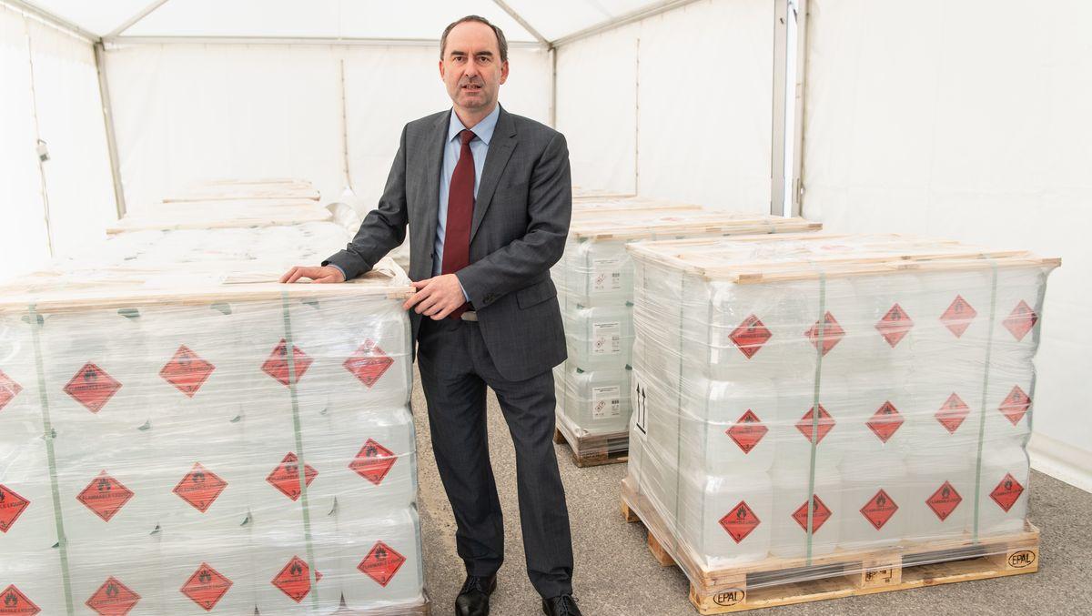 Bayerns Wirtschaftsminister Aiwanger steht am 9. April 2020 in einer Zeltstadt für Desinfektionsmittel in München.