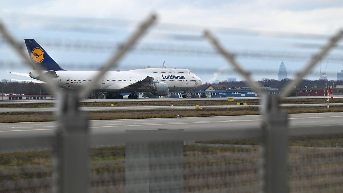 Lufthansa-Jet auf dem Frankfurter Flughafen.