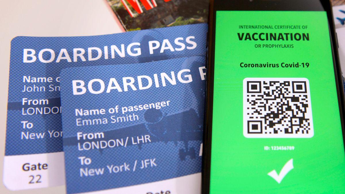 Zwei Boardingkarten und ein Smarthone, das ein Impfzertifikat anzeigt