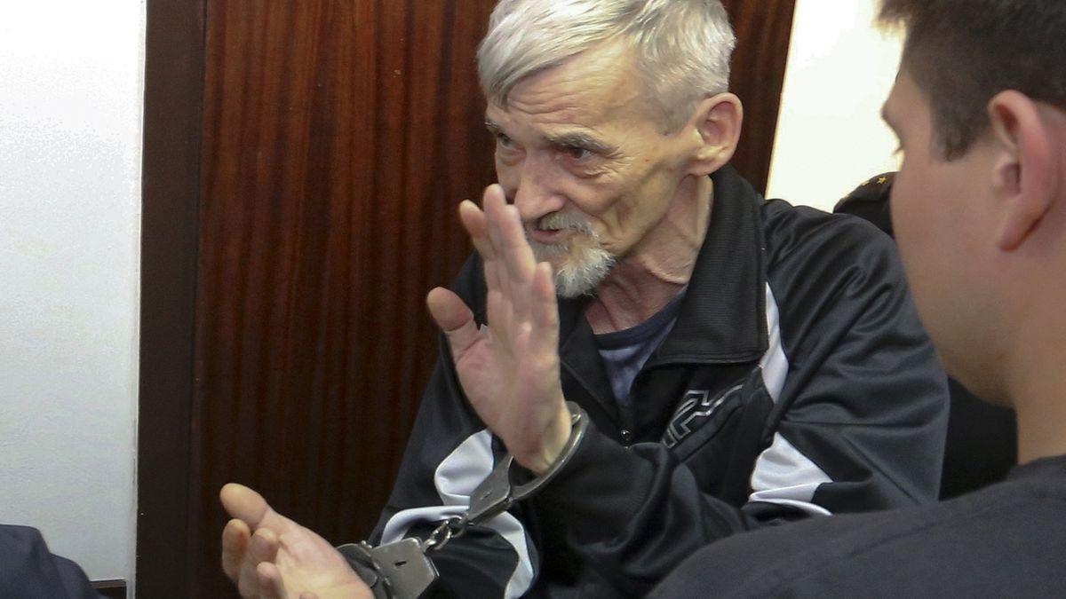 Juri Dmitrijew in Handschellen in einem Gerichtsraum in Petrosawodsk, im Nordwesten Russlands