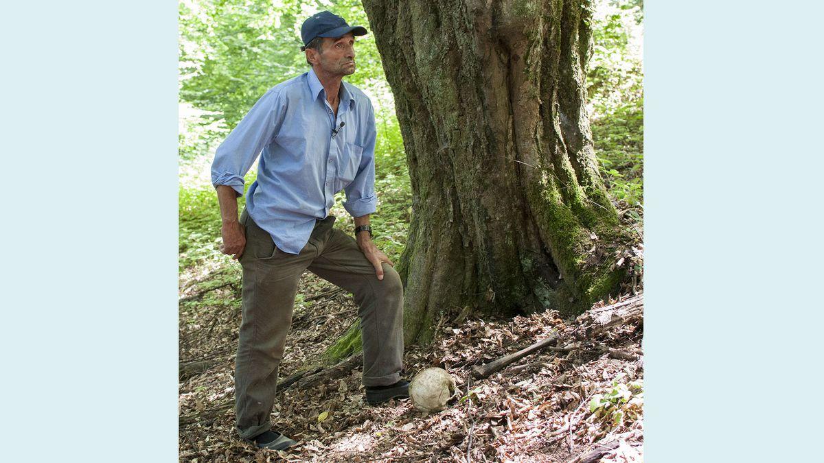 Ramiz Nukic neben Knochen im Wald