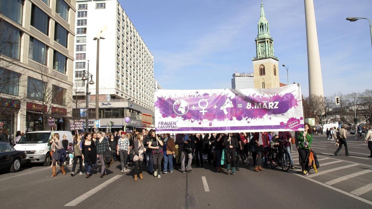 Frauen werden am 8. März, dem Weltfrauentag, wie hier in Berlin, zum Streik und Demonstrieren aufgerufen.