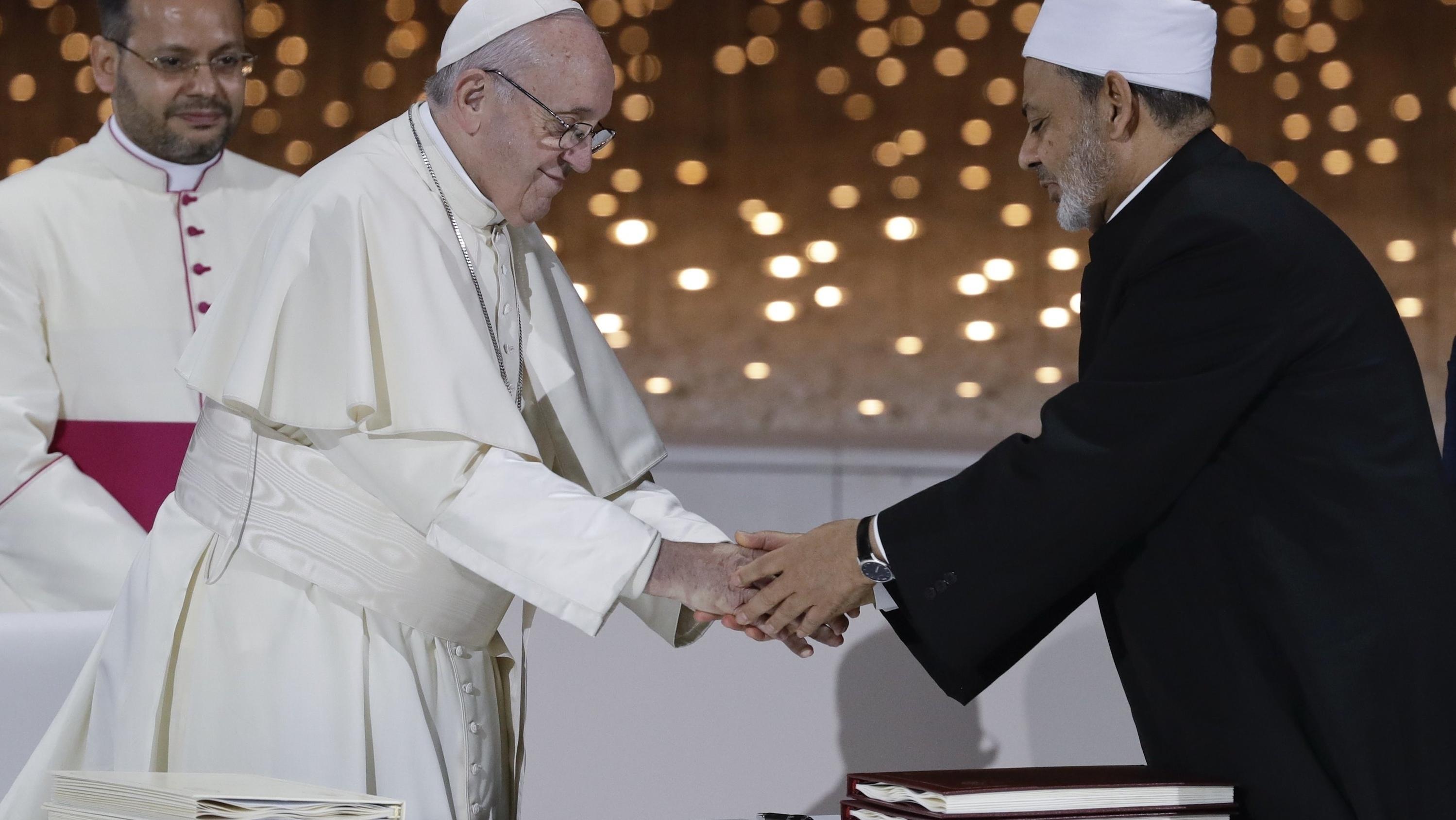 Papst Franziskus und Scheich Ahmed al-Tajjib reichen sich die Hand.