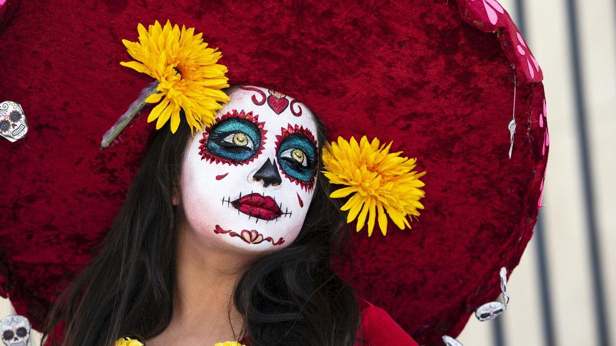 Eine aufwändig geschminkte Teilnehmerin der Feier zum Dia de los Muertos.