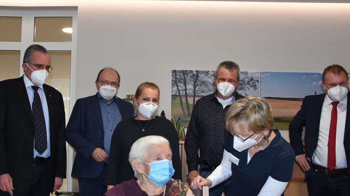 Bei der Impfung einer Seniorin sind fünf weitere Personen dabei, darunter auch zwei CSU-Politiker.
