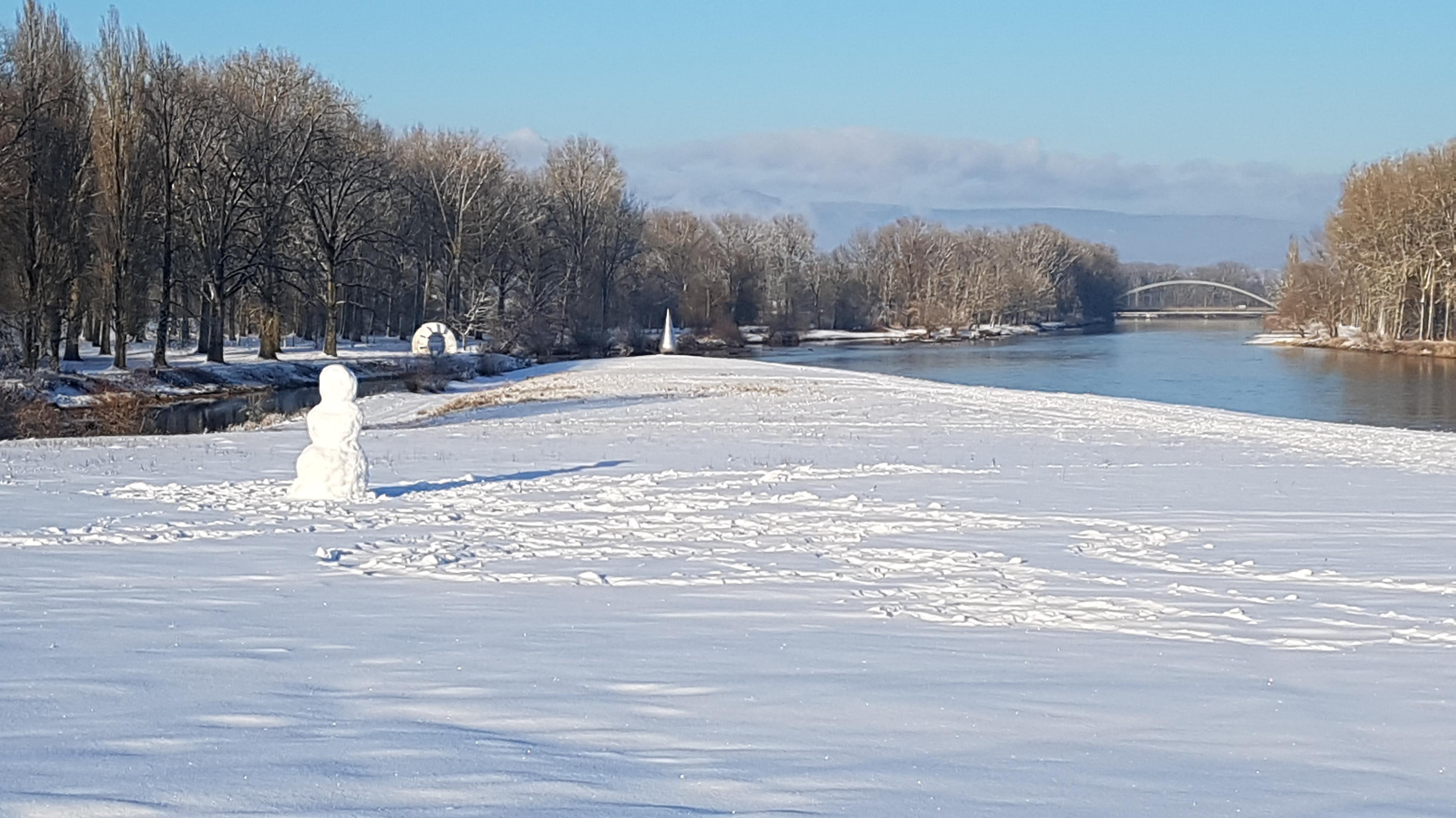 Ein Schneemann an der Isar im Landkreis Deggendorf