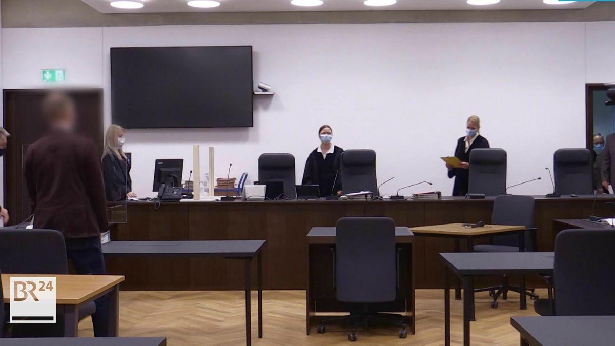 Gerichtssaal mit mehreren Personen