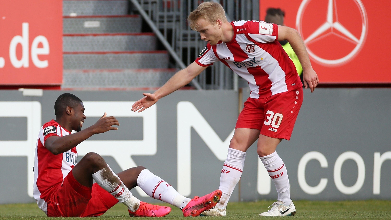 Simon Rhein hilft Leroy Kwadwo auf die Beine