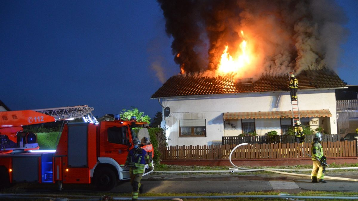 Das Dach des Wohnhauses brennt lichterloh