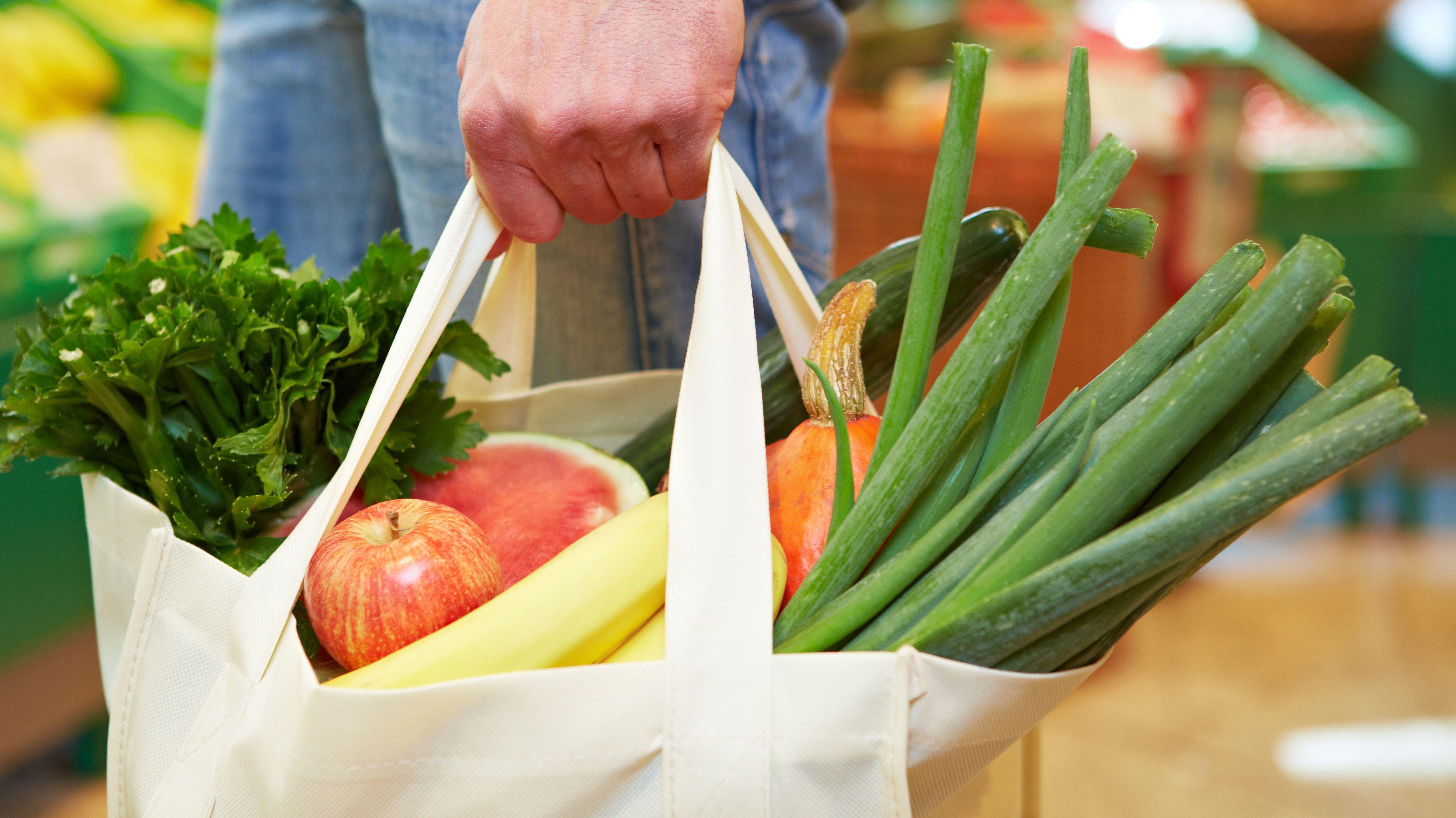 Einkaufsbeutel mit Obst und Gemüse