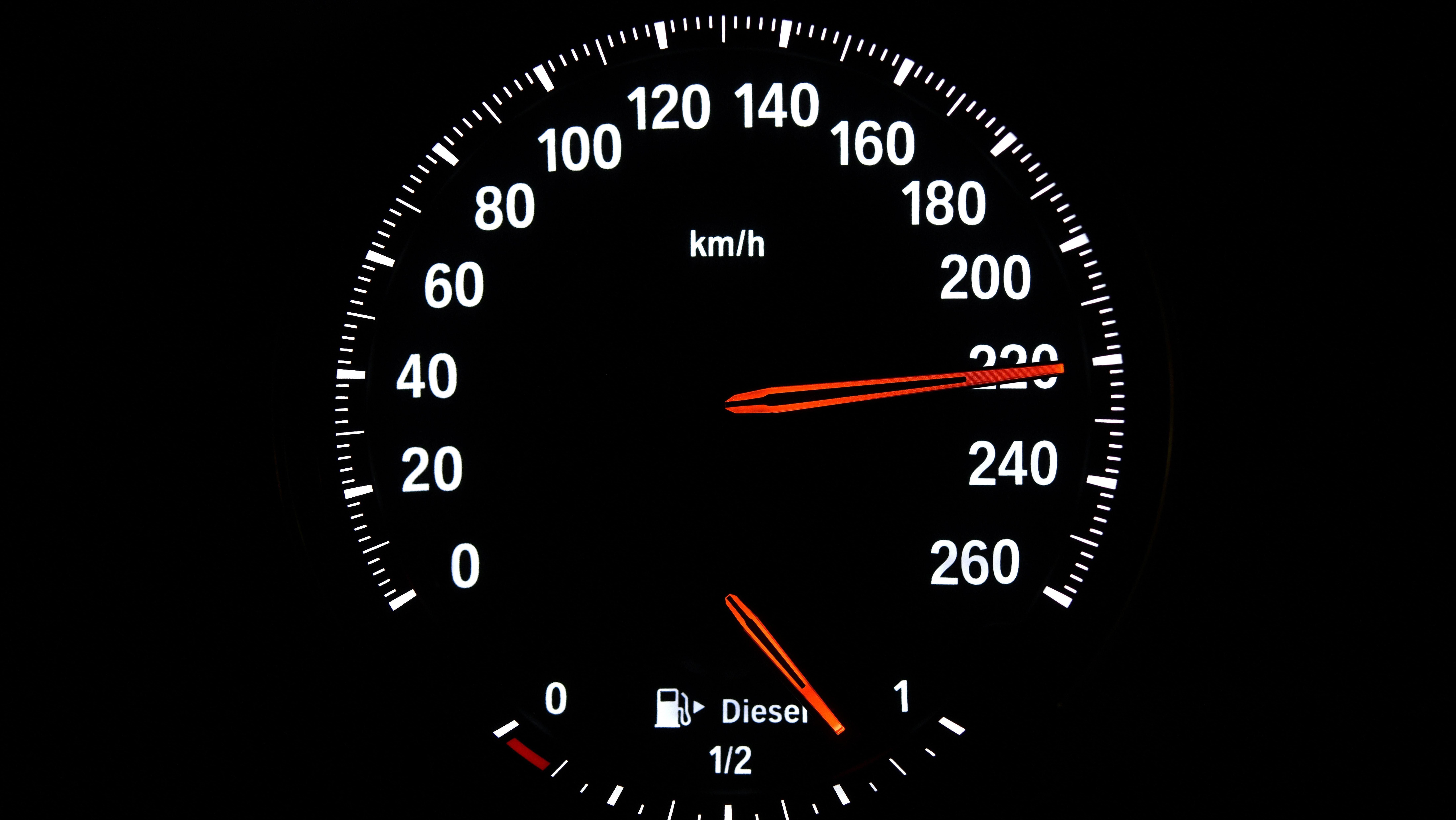 Tachometer zeigt 220 Stundenkilometer an. (Symbolbild)
