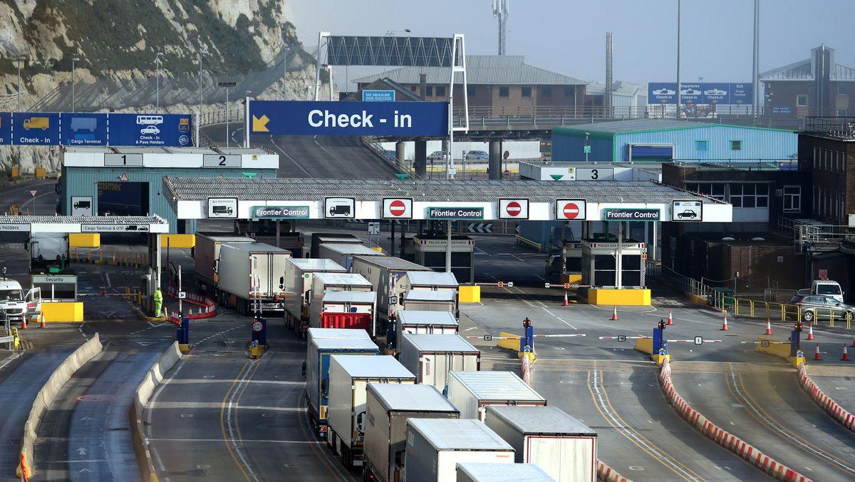 Lastwagen am Check-in des Terminals am Hafen.