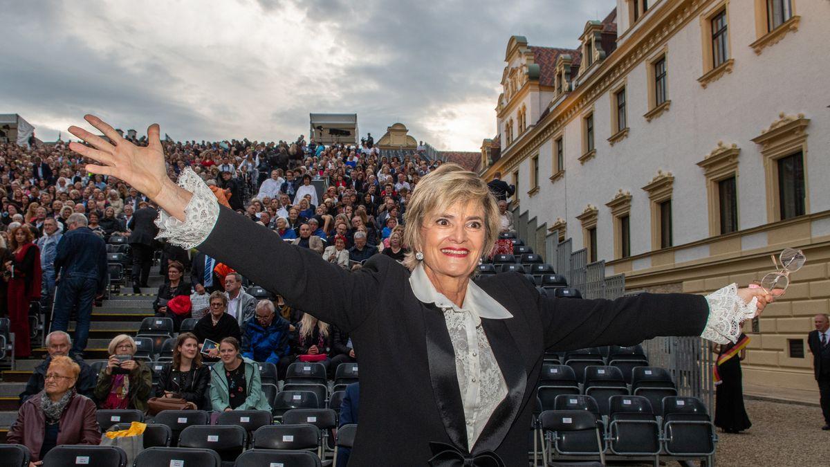 Gloria von Thurn und Taxis breitet im Juli 2019 vor der Eröffnung der Thurn-und-Taxis-Schlossfestspiele im Innenhof von St. Emmeram die Arme aus.