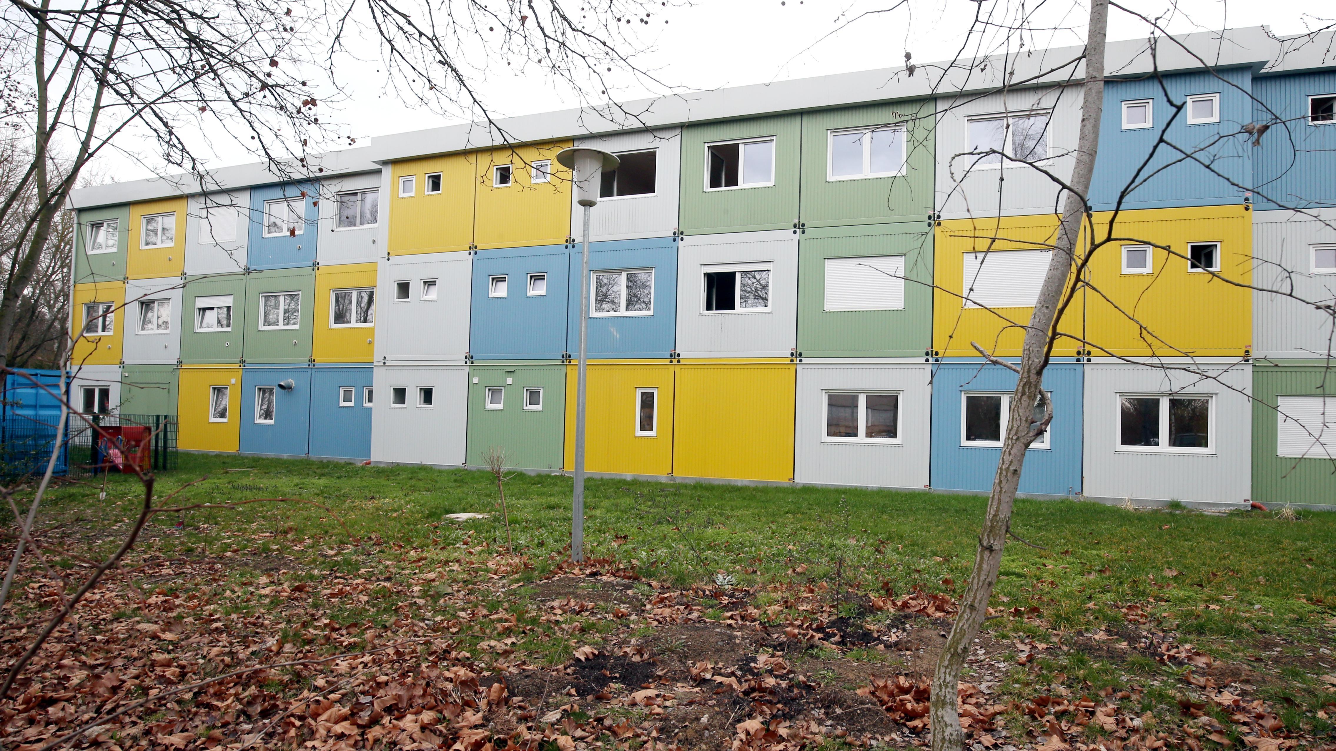 Eine aus Containern zusammengestellte Flüchtlingsunterkunft in Berlin.