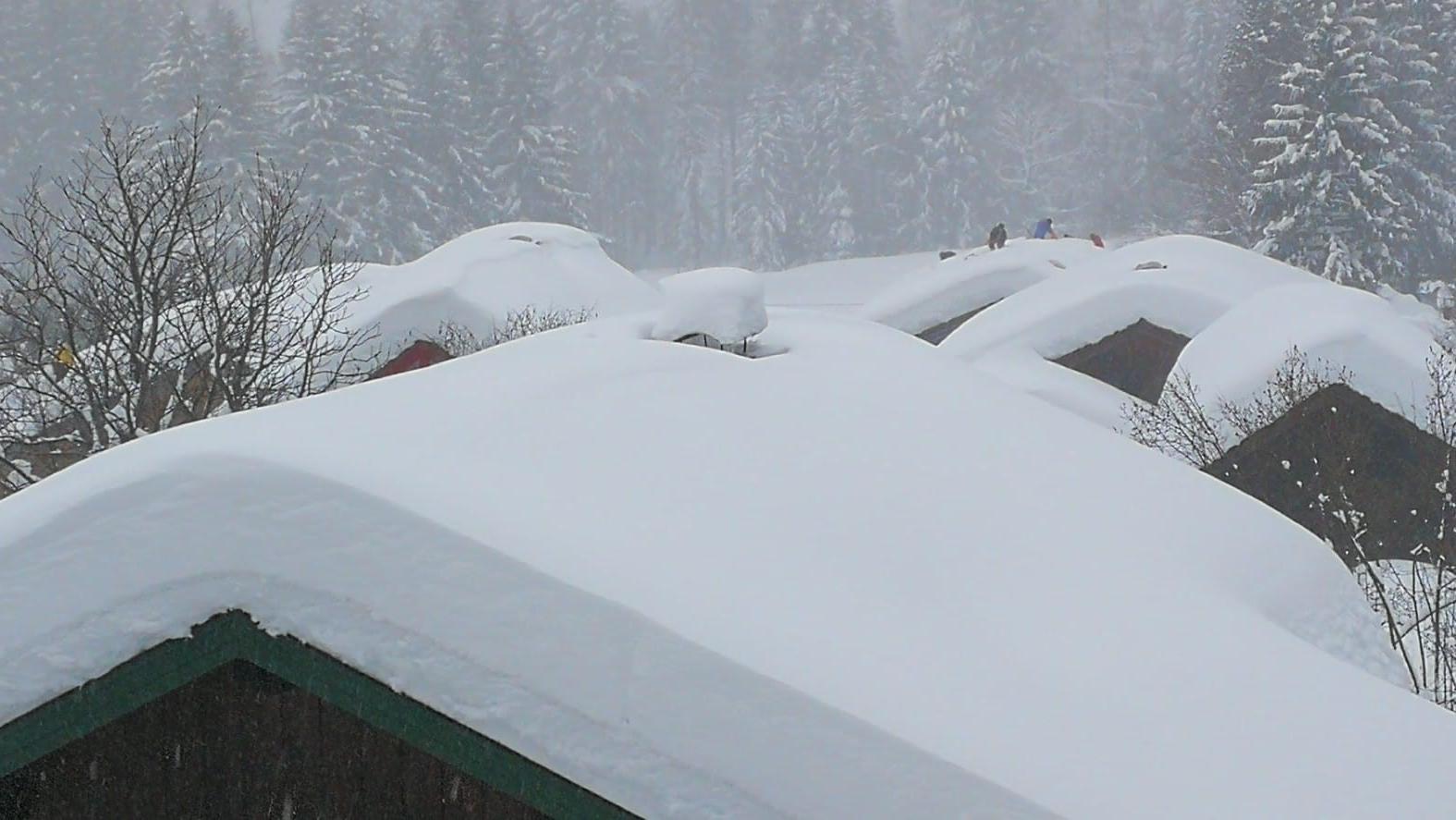 Schneebedeckte Hausdächer im Priental