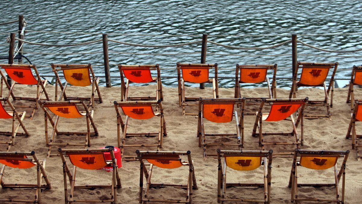 Symbolbild: leerer Stadtstrand am Mainufer in Unterfranken