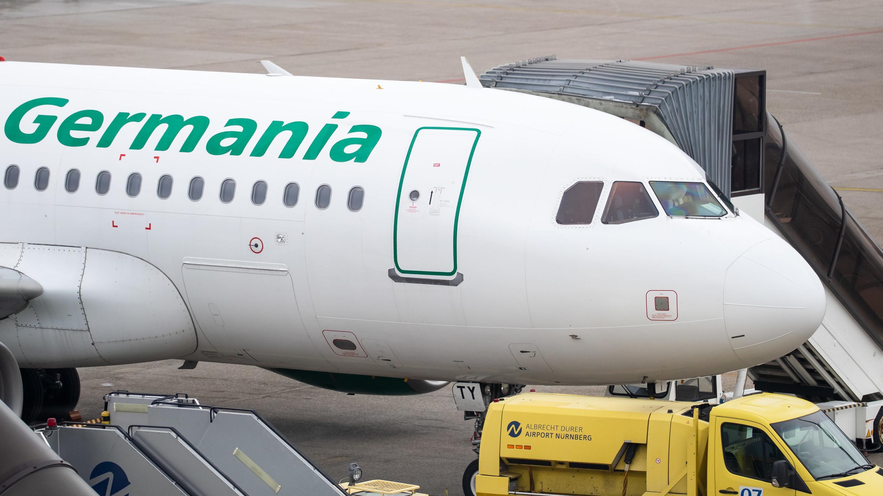 Flugzeug der Germania steht auf dem Rollfeld des Airports in Nürnberg