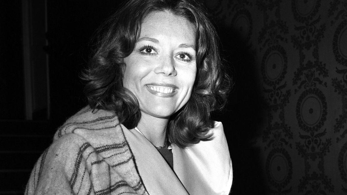 Ein Bild der jungen Diana Rigg mit breitem Lächeln und auffälligem Kragen