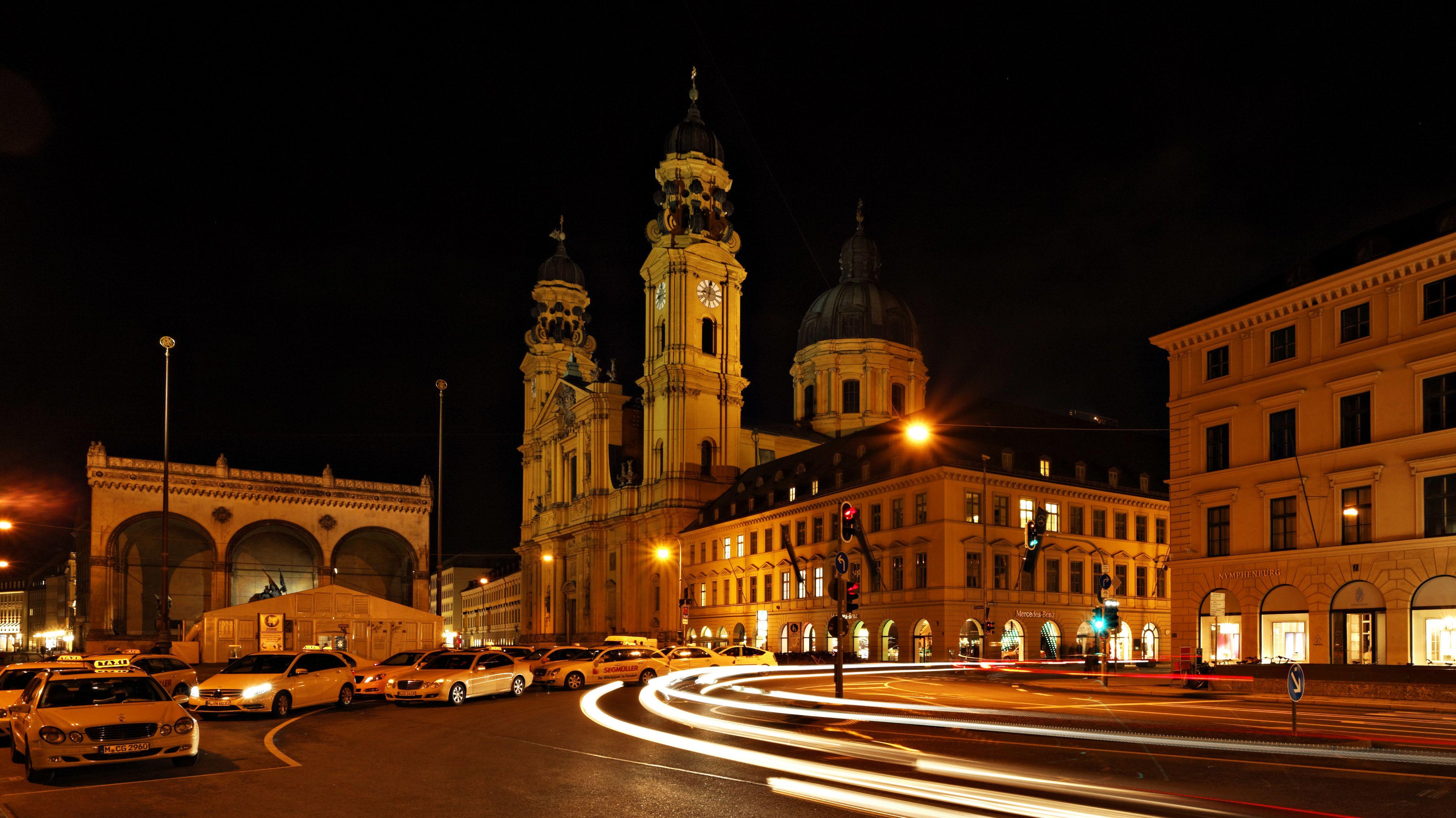 Taxis bei Nacht am Odeonsplatz.