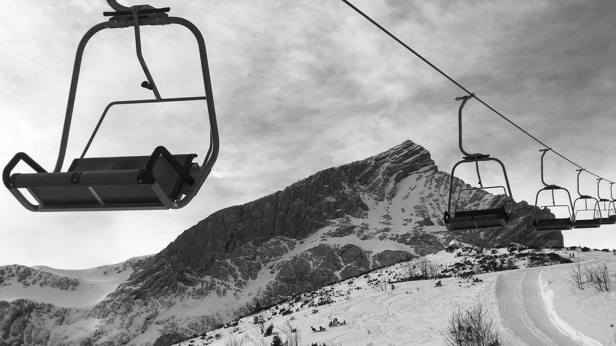 Stehender Sessellift im Skigebiet Garmisch-Classic vor der Alpspitze