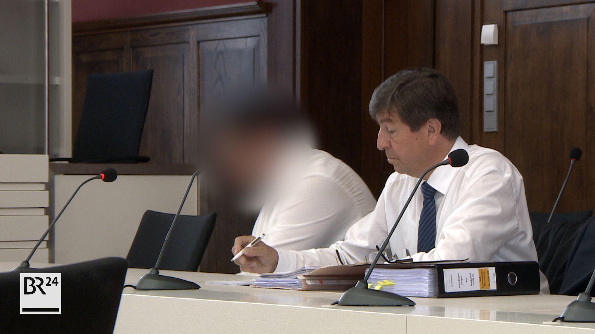 Der Jäger sitzt auf der Anklagebank im Landgericht Amberg