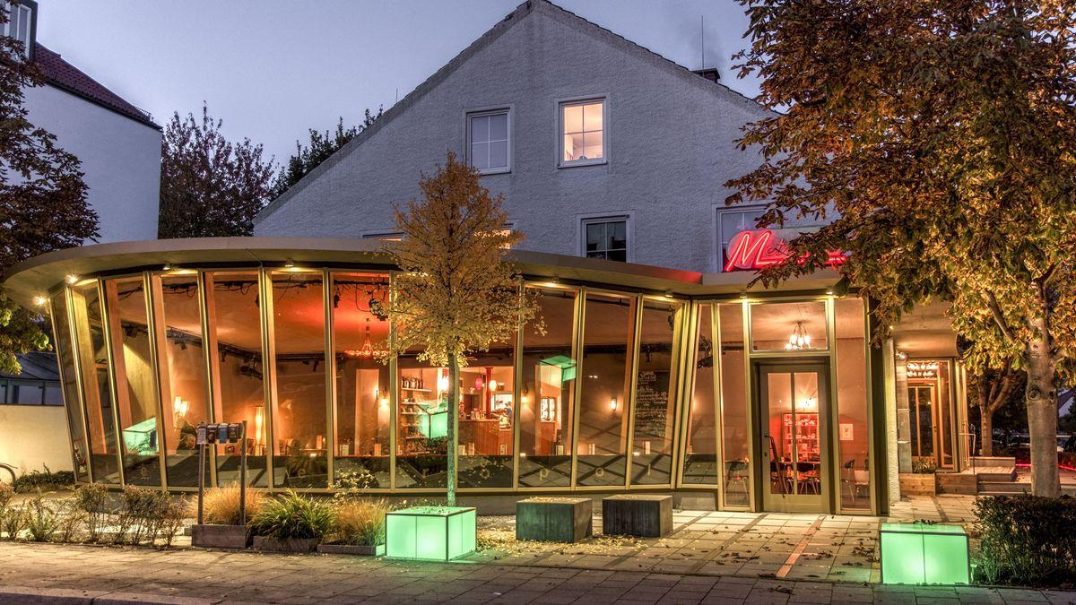 Theater mit halbrundem Vorbau im 50er-Jahre Stil in der Abenddämmerung