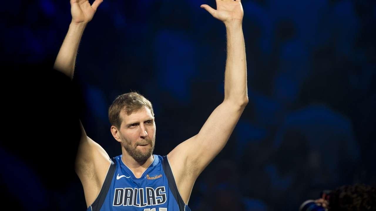 Basketball-Superstar Dirk Nowitzki verabschiedet sich von den Fans im letzten Heimspiel