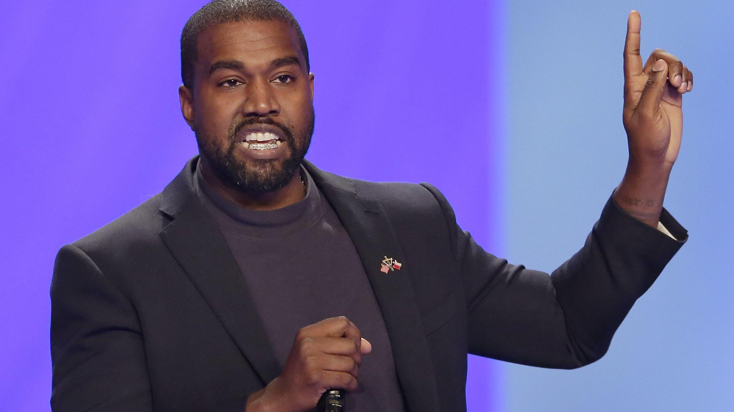 US-Rapper Kanye West spricht mit erhobenem Zeigefinger in ein Mikrofon.