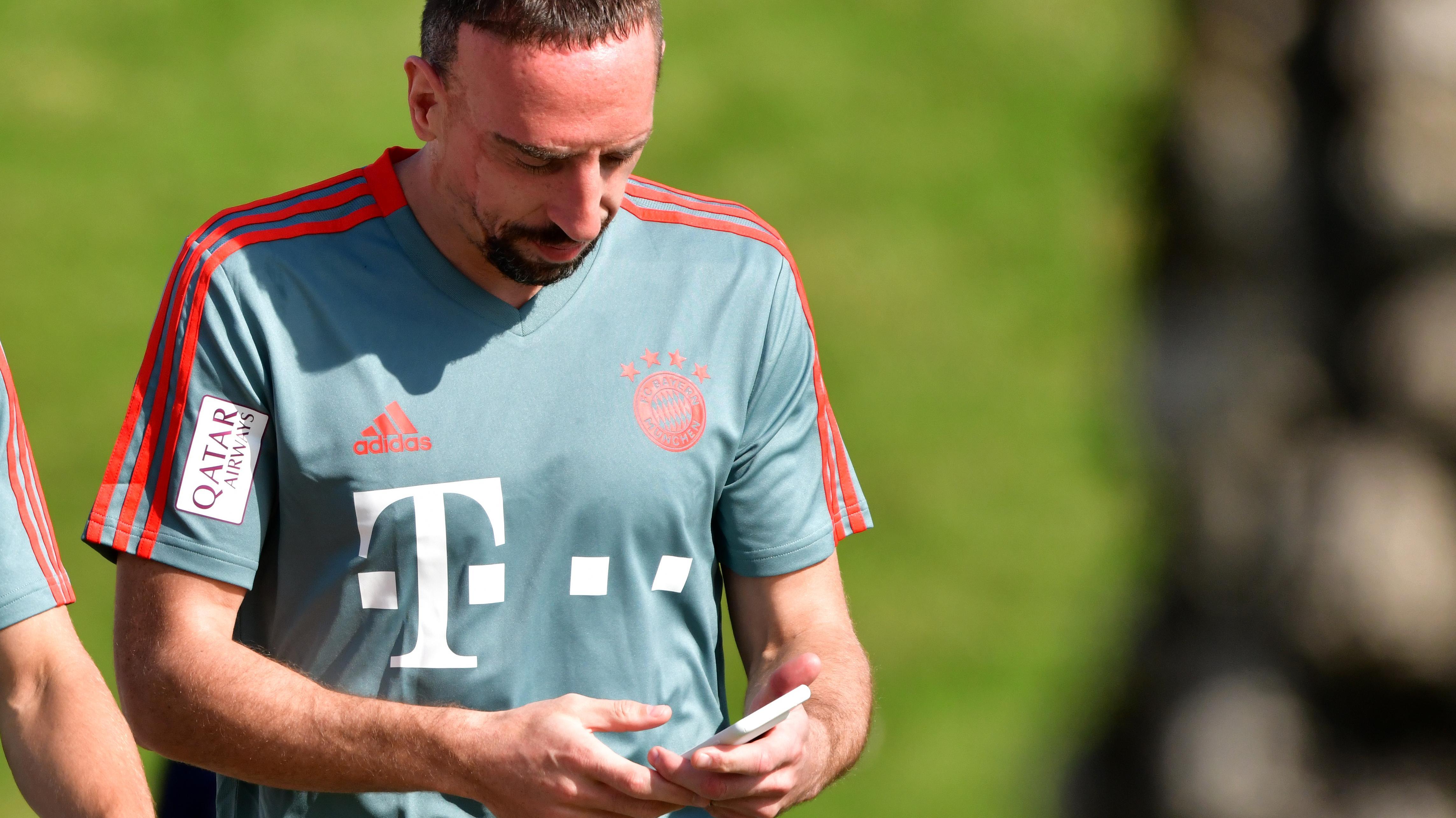 Franck Ribéry spielt mit seinem Handy im Traingslager
