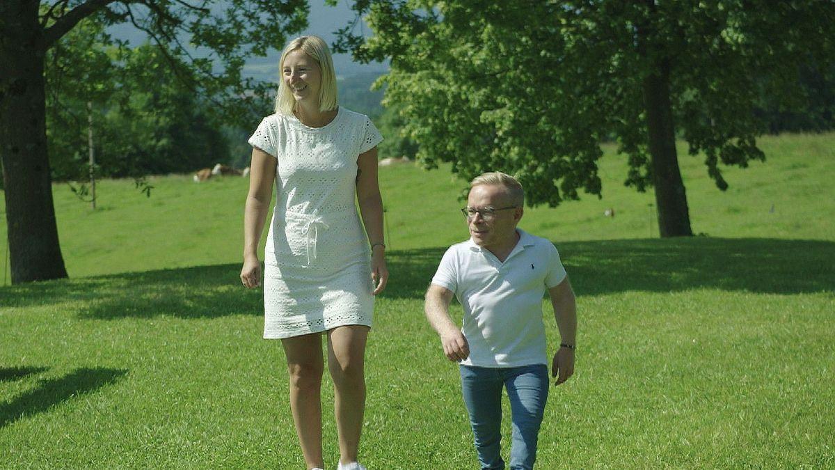 Bea und Bernhard gehen zusammen spazieren.