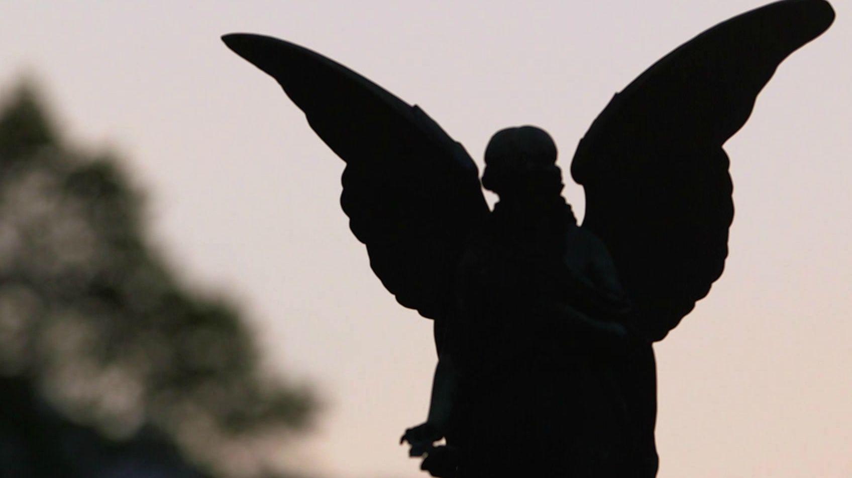 Engel auf einem Friedhof: am 1. November gehen viele Menschen auf den Friedhof und gedenken ihrer Toten.