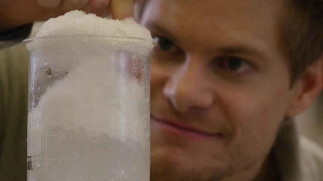 Philipp Häusser probiert's: Warum ist es bei Neuschnee so leise und blickt in ein Glas voller Schnee