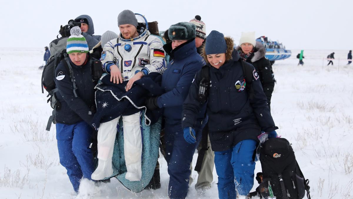 Astronaut Alexander Gerst wird am 20. Dezember 2018 nach der Landung von Mitgliedern des Bergungsteams getragen. Nach über einem halben Jahr in der Schwerelosigkeit auf der Raumstation ISS kann der Astronaut nicht mehr selbst gehen. Sein Körper muss sich erst wieder an die Schwerkraft gewöhnen.