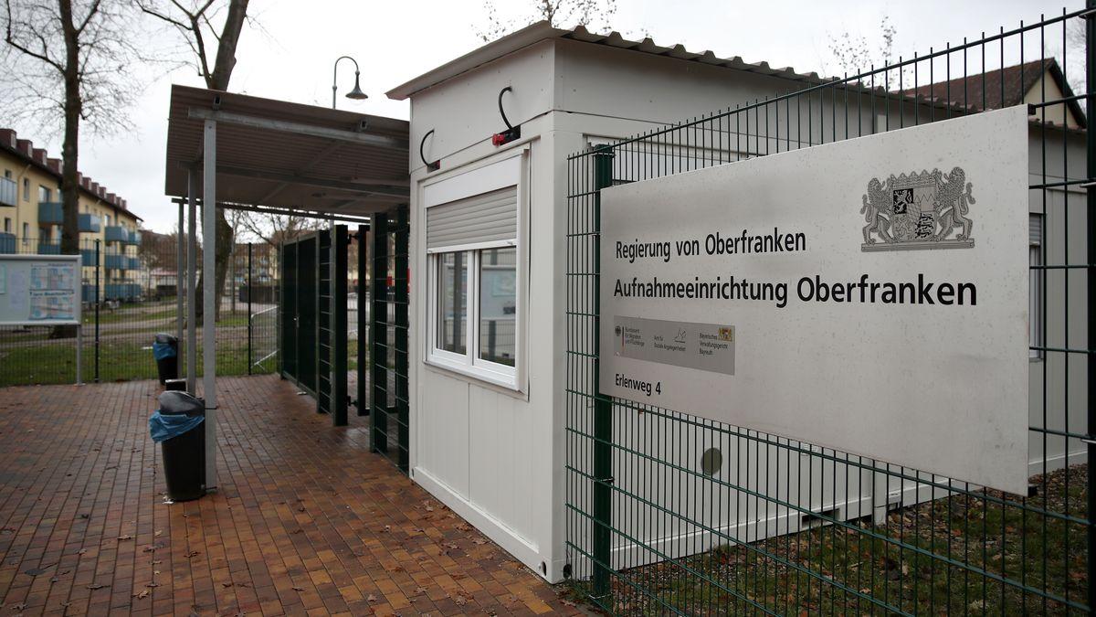 Der Eingangsbereich für Fußgänger am Gelände des Ankerzentrums für Flüchtlinge in Bamberg