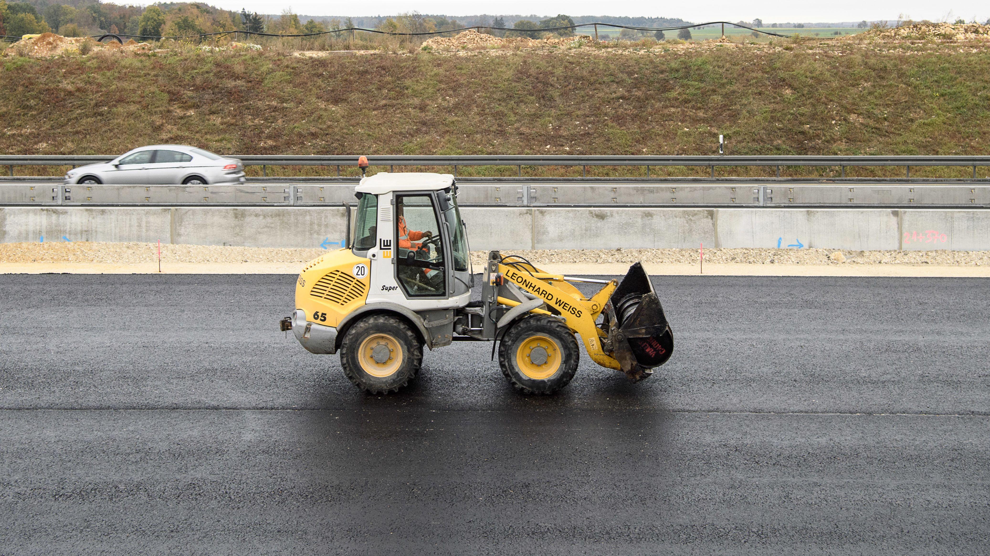 Symbolbild: Asphaltierungsarbeiten auf der Autobahn