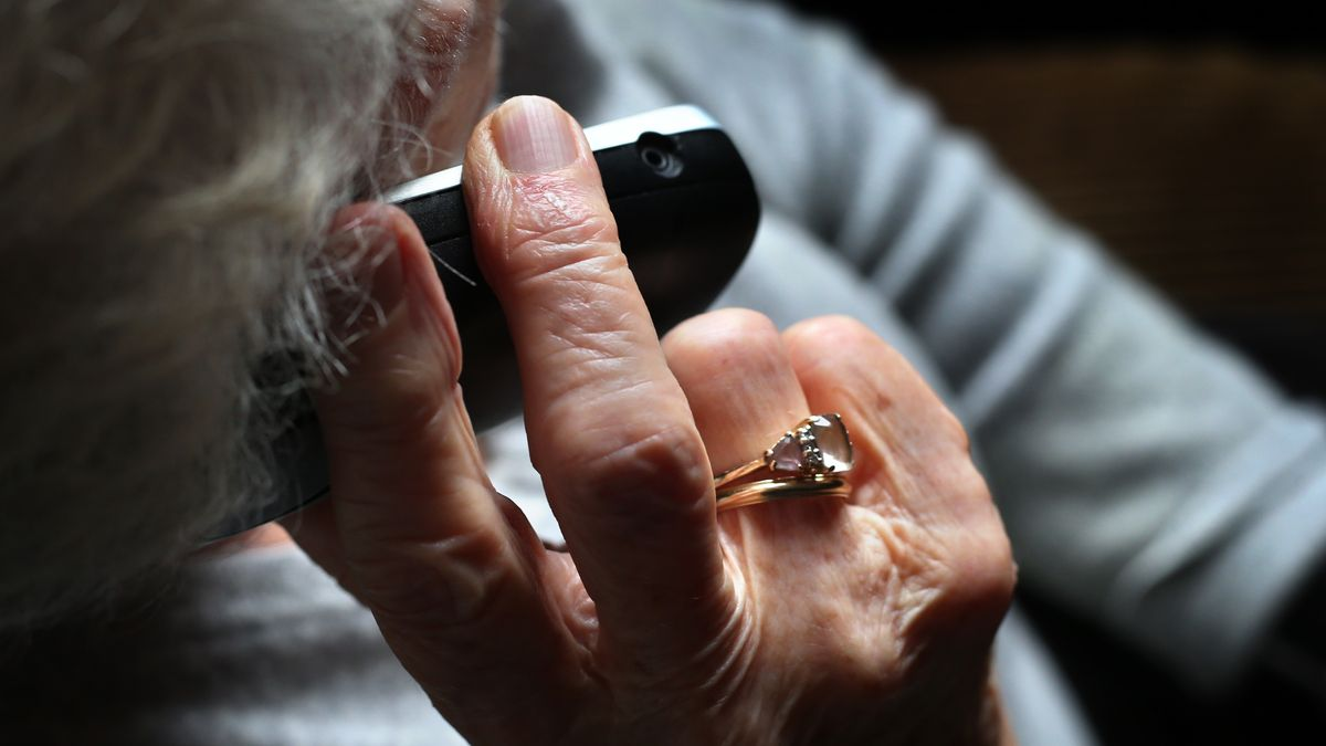 Eine ältere Frau telefoniert (Symbolbild).