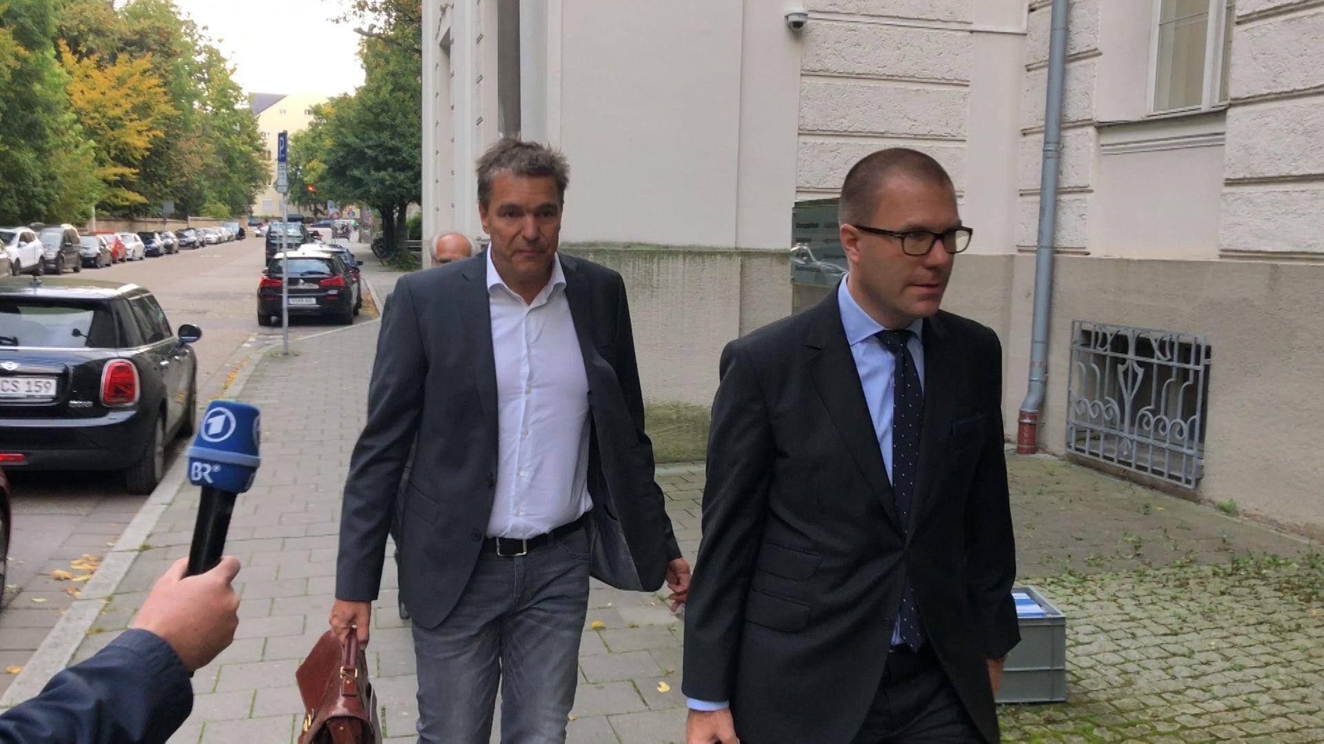 Der Angeklagte Stephan Pohlmann trifft mit seinem Anwalt Sebastian Gaßmann am Gericht ein.