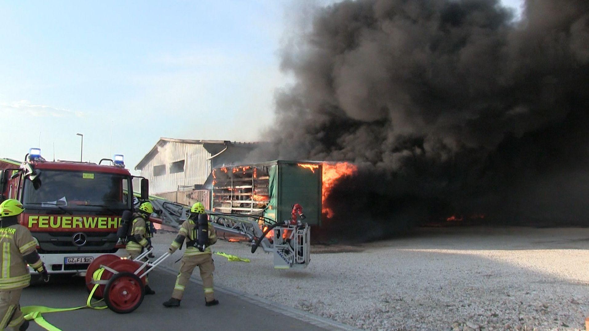 Löscharbeiten bei Lagerhallenbrand in Waldstetten