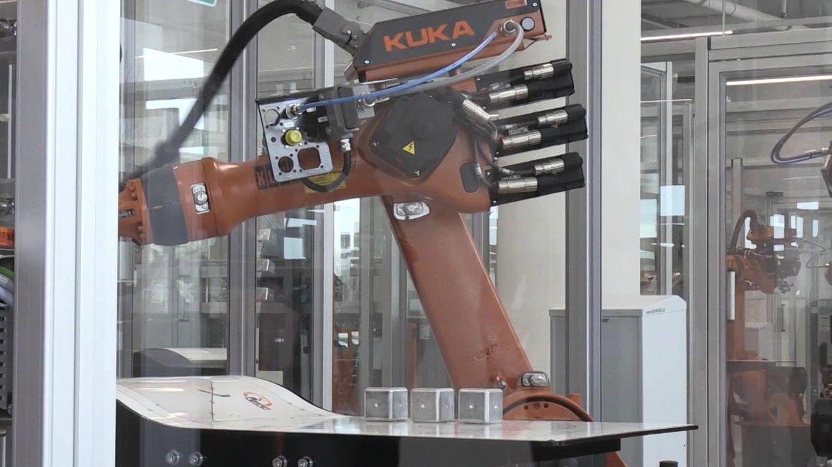 Roboterarm in Fabrik mit Aufschrift Kuka