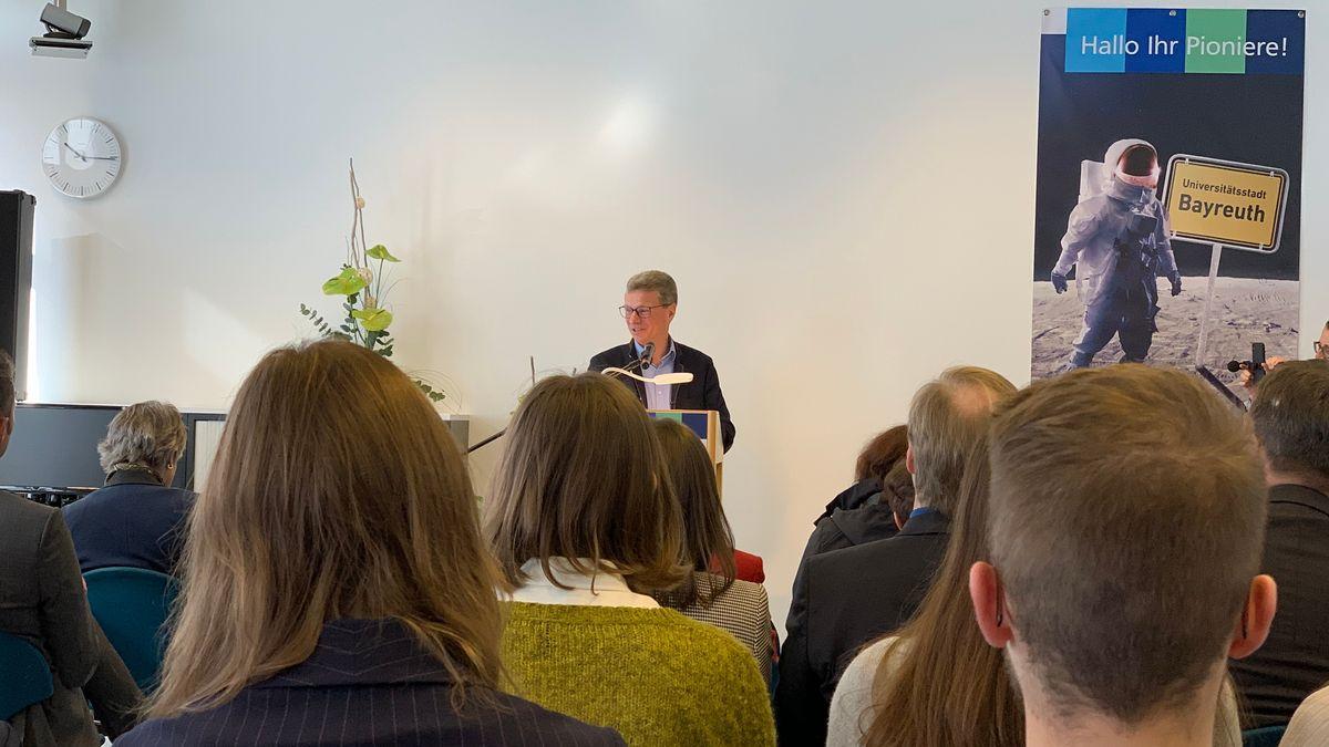 Wissenschaftsminister Bernd Sibler spricht zu den Studenten, die ihr Medizinstudium in Oberfranken begonnen haben.