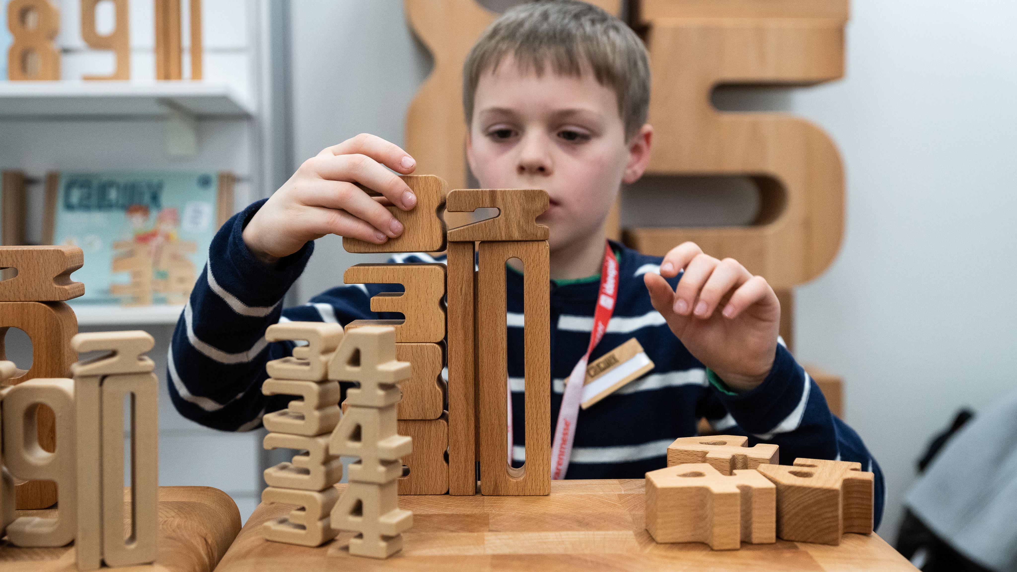 Türme bauen und dabei Zahlenwerte lernen - das ermöglichen die Calculix Zahlenbausteinen