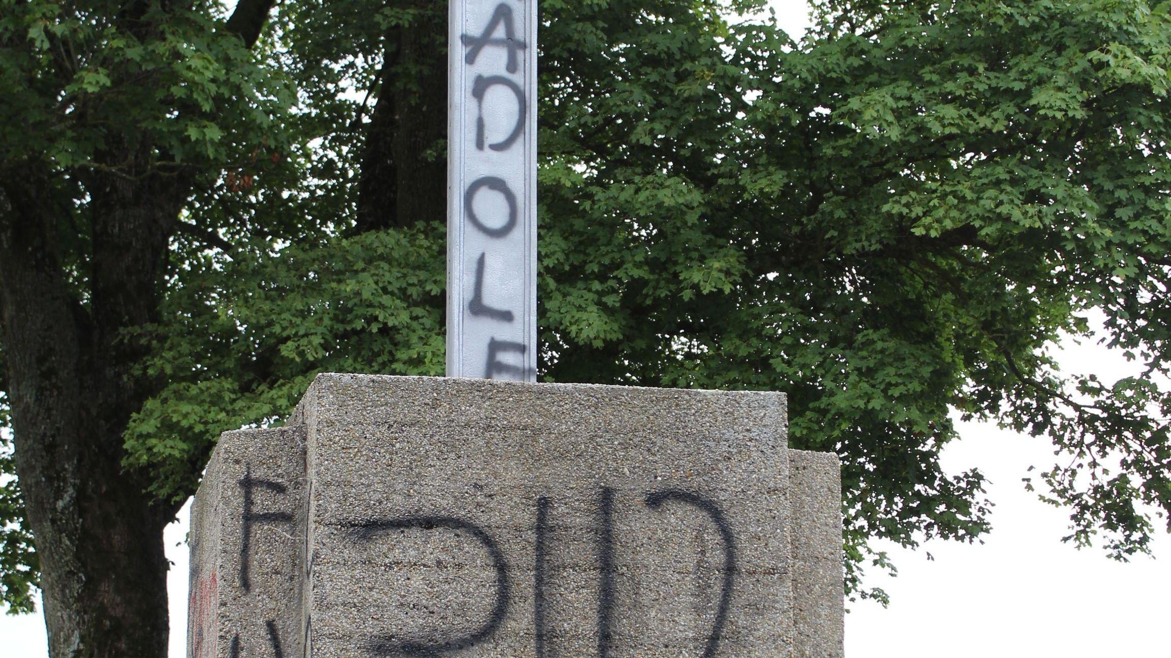 Rechtsradikale Parolen am Denkmal in Aidenbach