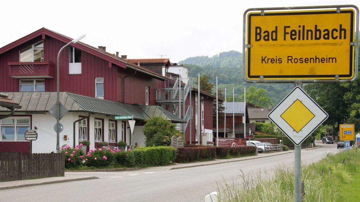 Ortschild von Bad Feilnbach, im Hintergrund das Alten- und Pflegeheim St. Lukas (Archivbild)