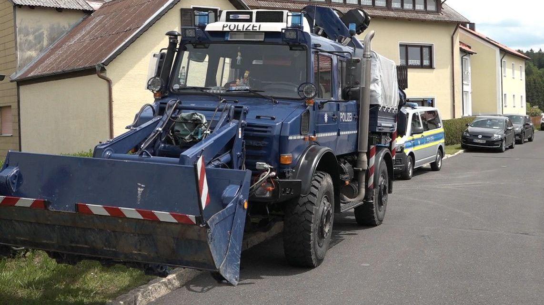 Mit schwerem Gerät hat die Polizei am Montag in dem Dorf Waldkirch nach Spuren von Monika Frischholz gegraben.