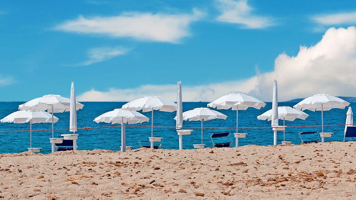 Ein Stand mit weißen Sonnenschirmen.